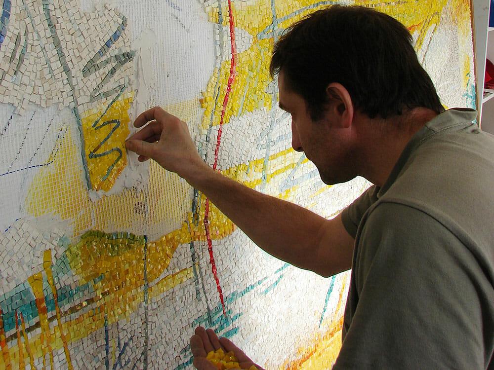 Dino Maccini al lavoro nel suo studio di Piacenza